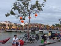 Ville longée par la rivière Thu bon.