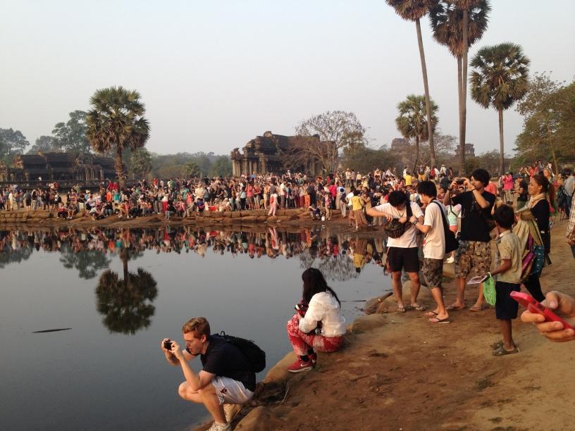 Le touristes pour voir cette scène magique du levé du soleil sur le temple d'Ankor Wat.