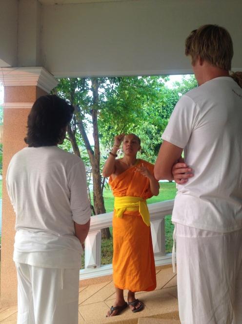 Quelques explications sur comment calmer notre esprit en méditation.