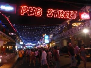 Siem Reap. La rue des restos et des bars.
