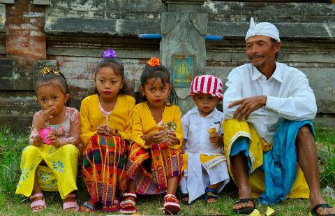 un-père-et-ses-quatre-enfants-après-la-cérémonie